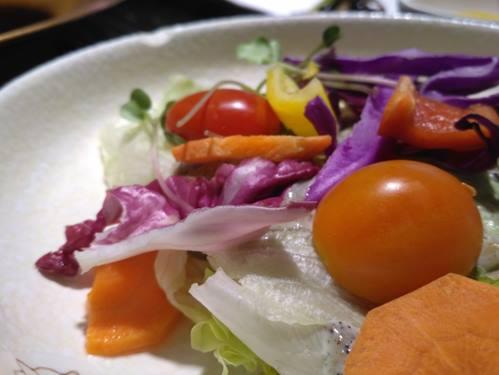Foto jepretan Xiaomi Redmi 3 sayur di atas mangkuk dari samping